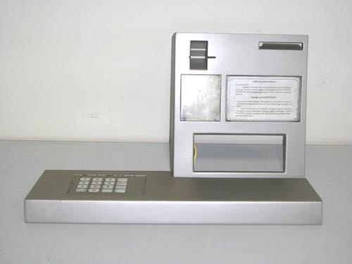 ATMに大きなカバーをかぶせ、スキミングする手口2