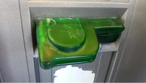 傷や汚れ、接着剤跡は怪しいATMカード挿入口の特徴