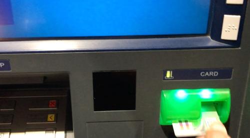 ATMからカードはすぐ抜き取る