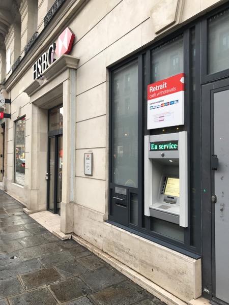 銀行の建物外側のATM