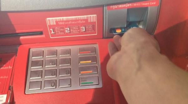 カシコン銀行ATMにカード挿入