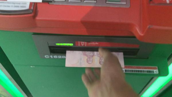 カシコン銀行ATMの現金取り出し口