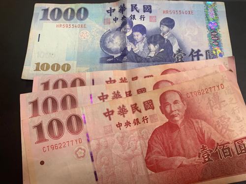 台湾ドル1000元札と100元札
