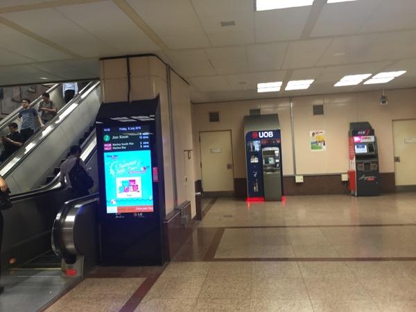 シンガポール地下鉄駅のATMの
